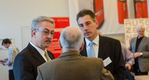 Markus Gies und Holger Lüttke im Gespräch mit Besuchern der Hofheimer Immobilientage